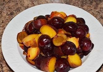 Тщательно промойте фрукты, удалите косточки и порежьте все дольками.