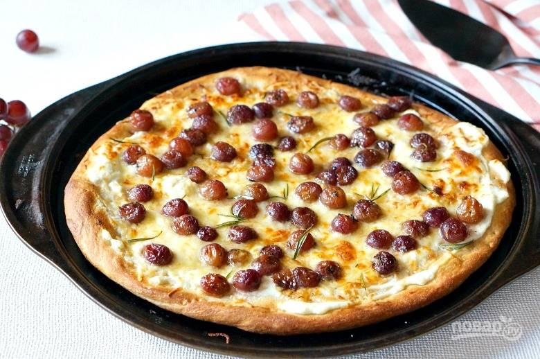 4. Запекайте пиццу до румяности еще около 15 минут. Вот такая красота.  Приятного аппетита!