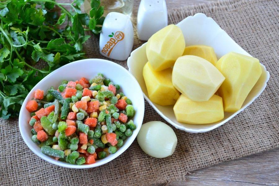 Теперь займемся приготовлением самого супа. Очистите картофель, подготовьте смесь овощей, у меня зеленый горошек, кукуруза, спаржа, болгарский перец и морковь.
