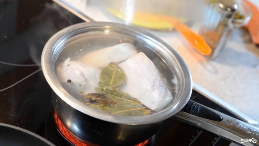 Для начала нужно отварить свинину до готовности. В воду положите лавровый лист и сварите мясо.