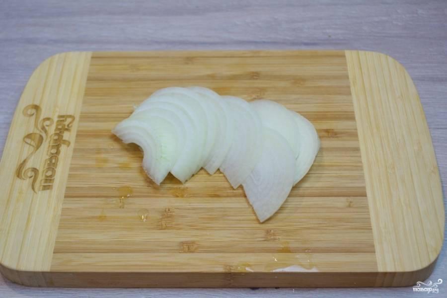 Очистите репчатый лук. Очищенный лук нарезайте соломкой. Можно лук измельчить и кубиком, но нарезать соломкой быстрее, при тушении, в готовом блюде нарезка лука будет незаметна.