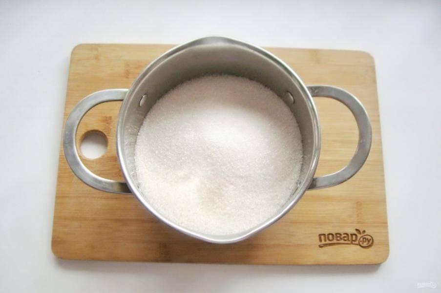 Сварите сироп. В кастрюлю с толстым дном насыпьте сахар.