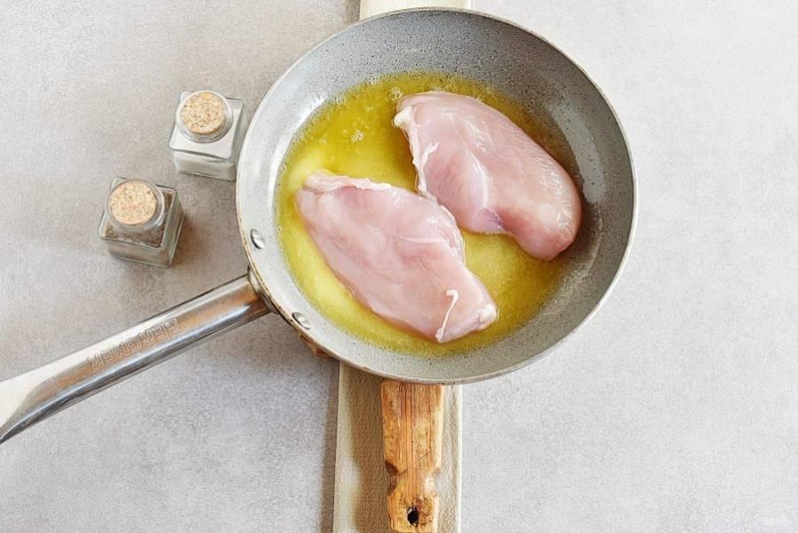 Филе должно быть обсушено салфетками. Желательно перед жаркой немного прокатать филе скалкой для более ровной формы. Выкладывайте филе на сковороду и жарьте минут 5, до образования румяной корочки.