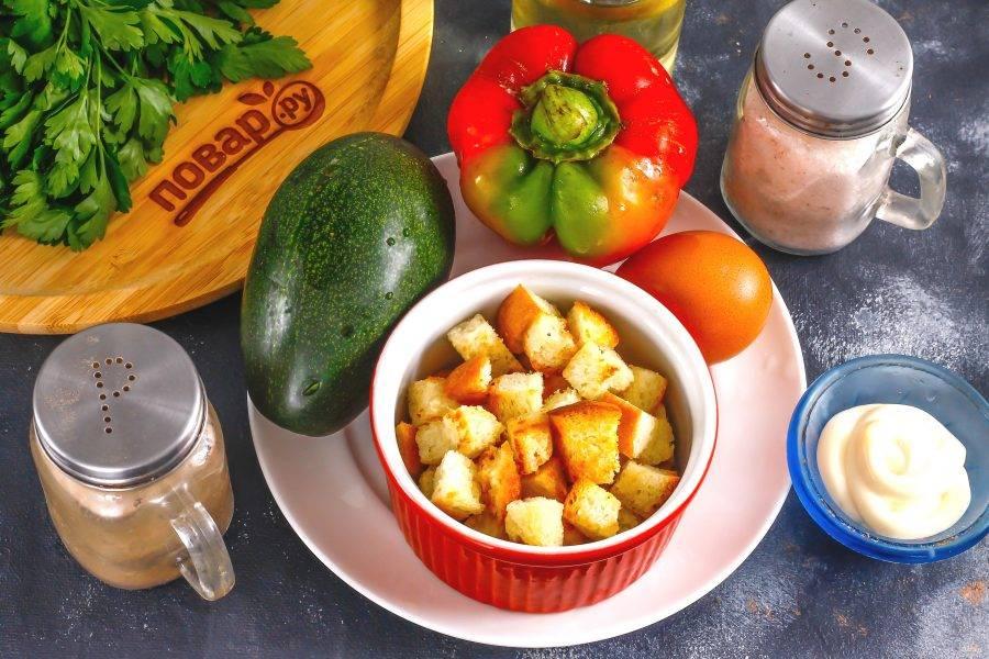 Подготовьте указанные ингредиенты. Сухарики приобретите в магазине или сделайте в домашних условиях из любого сорта хлеба, подсушив его нарезку на сковороде или в духовке. Заранее отварите куриное яйцо и остудите его.