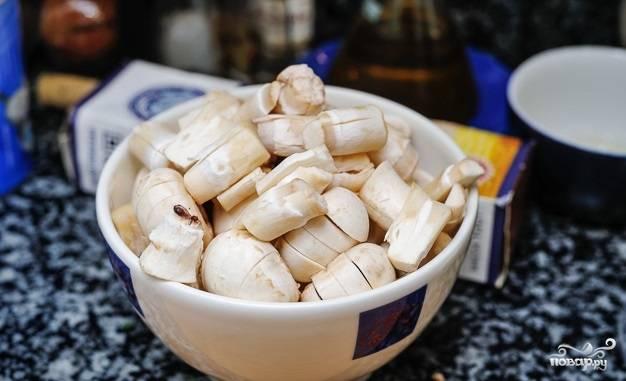 2. Тем временем вымойте, очистите и при необходимости измельчите грибы.