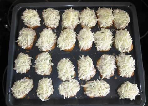 Посыпьте бутерброды сыром и отправьте в духовку разогретую до 200 градусов на 20 минут.