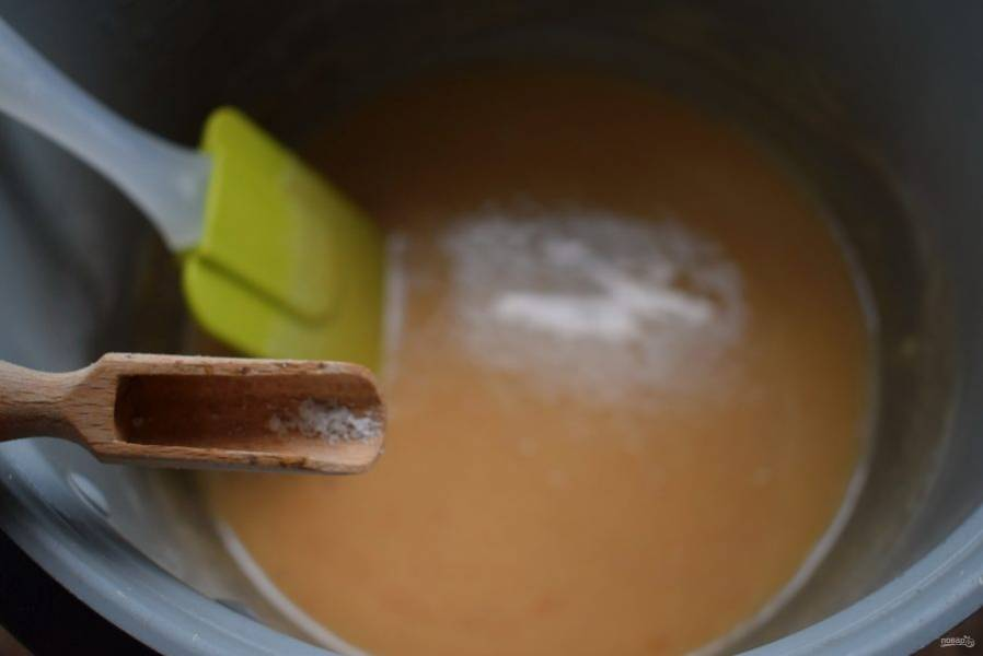 Добавьте щепотку соли, которая только подчеркнет сладкий вкус конфет. Готовность конфет проверьте на твердый шарик. Каплю карамельной массы капните в холодную воду, она должна собраться в пластичный шарик.