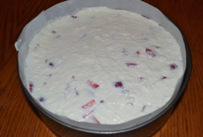 Сверху аккуратно выкладываем творожную массу и разравниваем ее по поверхности. Главное, чтобы не повредилась клубника. Ставим торт в холодильник.