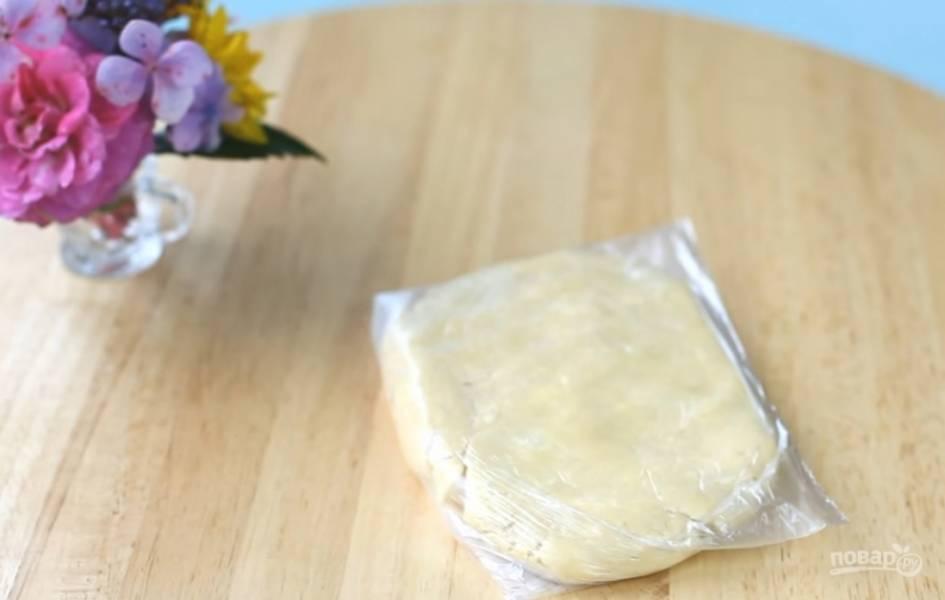 3.Поместите тесто в пленку, оставьте его в холодильнике на 30 минут.