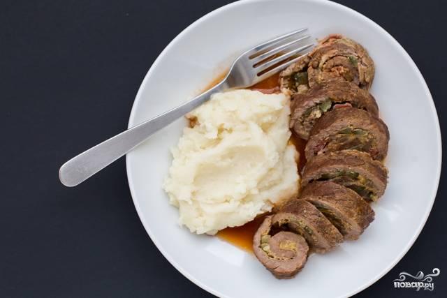 После тушения, достаньте рулетики, соус процедите, избавьтесь от овощей. И добавьте в соус томатную пасту. Теперь можете подавать к столу с любым гарниром, поливая блюдо получившимся соусом.