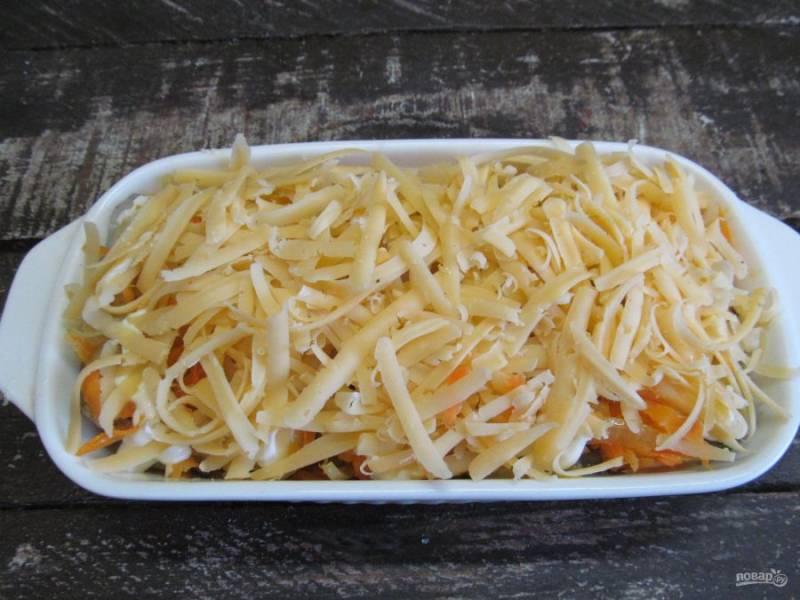 Посыпьте сыром, натертым на крупной терке.