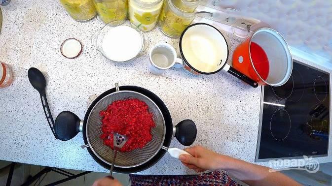 Настойку процедите, а ягоды тщательно отожмите.