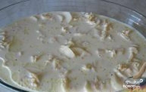 3.В отдельной посуде смешать молоко и яйцо. Взбить венчиком до получения однородной массы. Полученной смесью залить картофель.