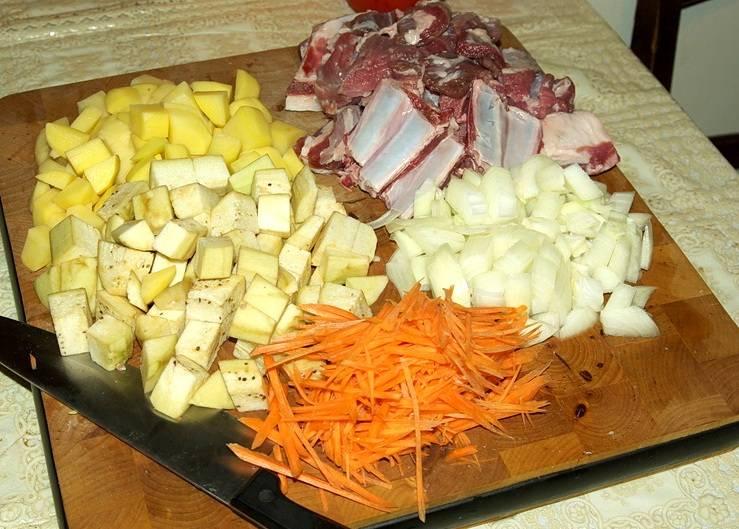 Для начала подготовим все необходимые ингредиенты: мясо нарезаем небольшими кубиками, баклажан и картофель очищаем от кожуры и также режем на кубики, лук измельчаем, а морковь нарезаем соломкой.
