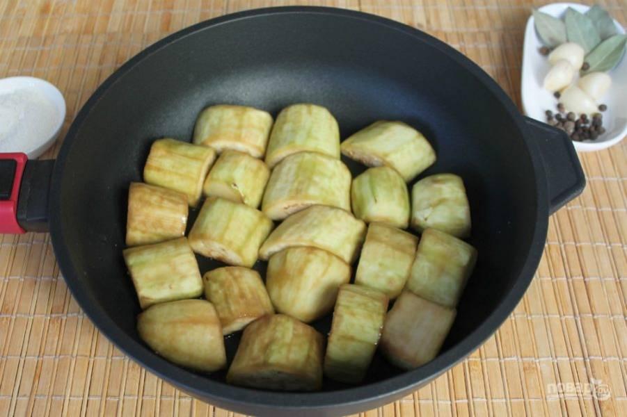 Обжариваем баклажаны на подсолнечном масле до легкой корочки.