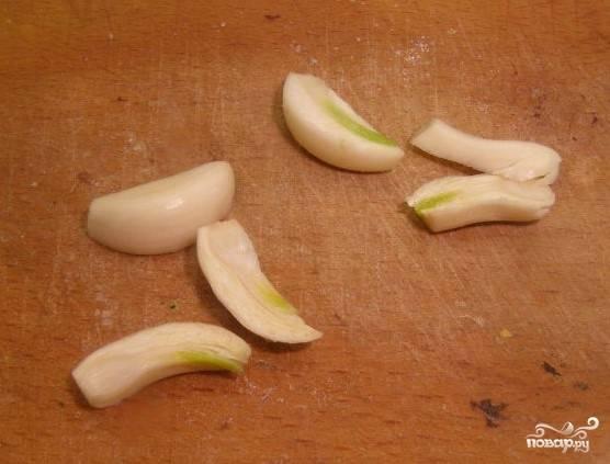 2.Приготовьте чеснок. Очистите его от кожуры. Порежьте длинными полосочками.