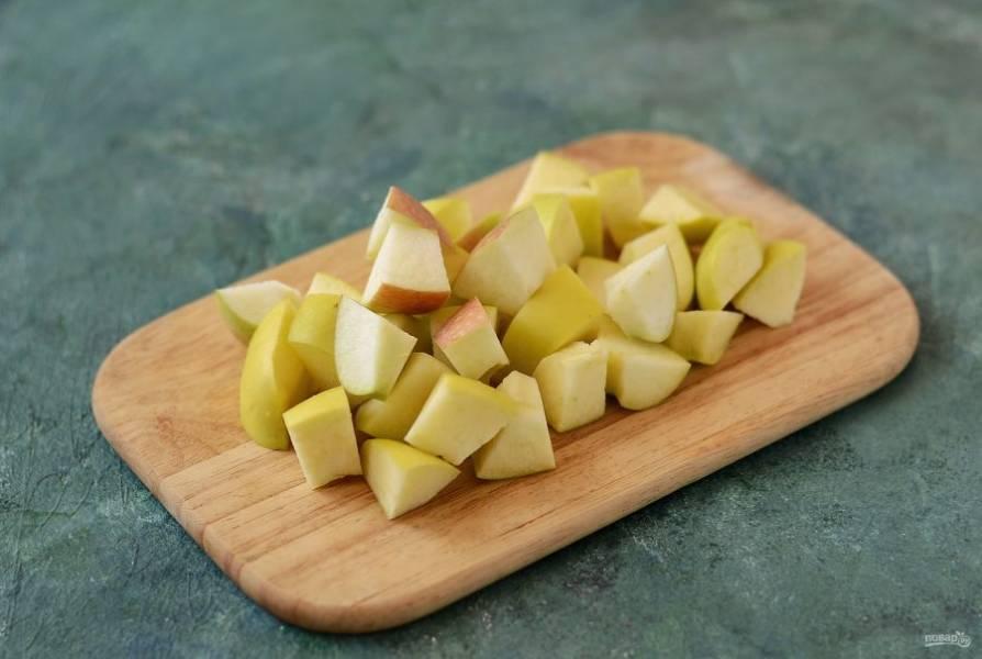 Яблоки помойте, очистите от семян, нарежьте ломтиками.