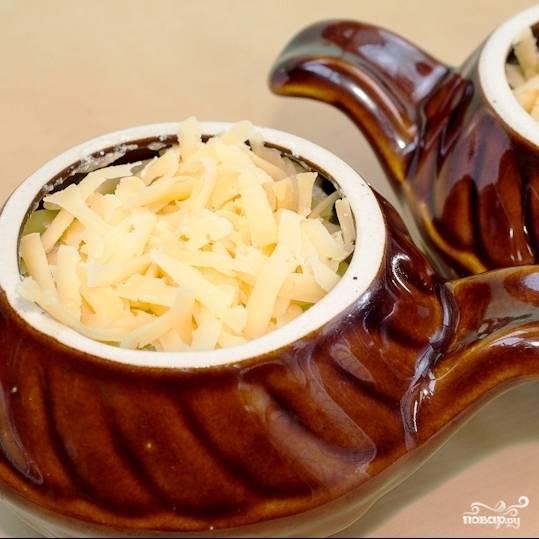 Сверху выкладываем немного тертого сыра и ставим в духовку, предварительно разогретую до 180 градусов, на 20 минут.