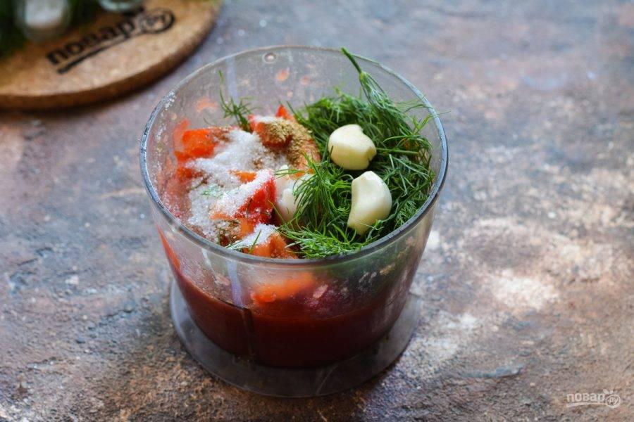 Выложите подготовленные ингредиенты в чашу блендера.