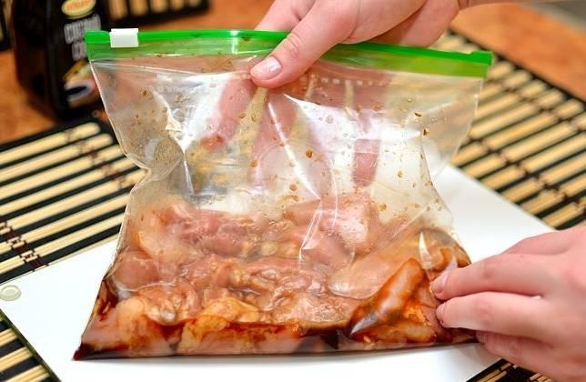 Отправляем курицу мариноваться в холодильник на 30 минут.