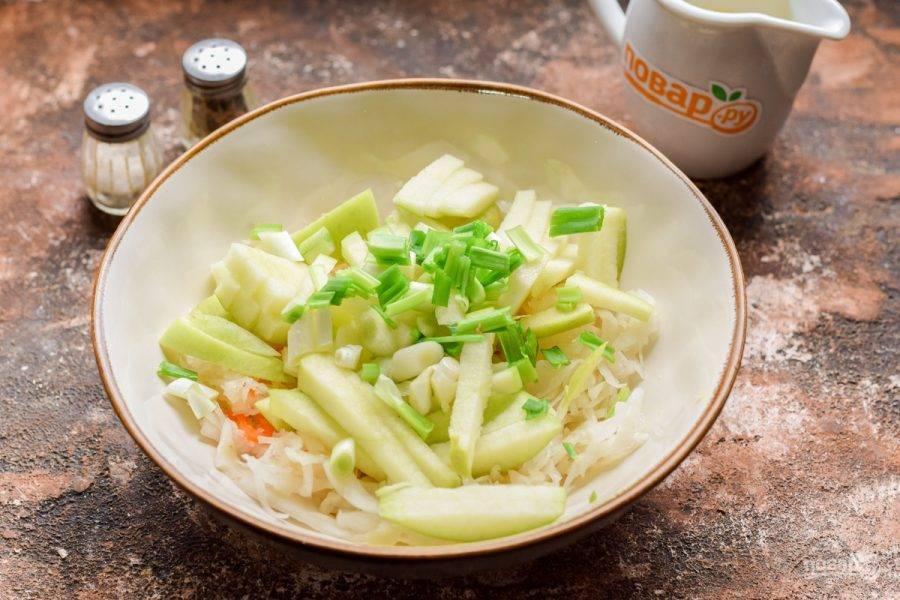 Мелко нарежьте зеленый лук и добавьте в салат.