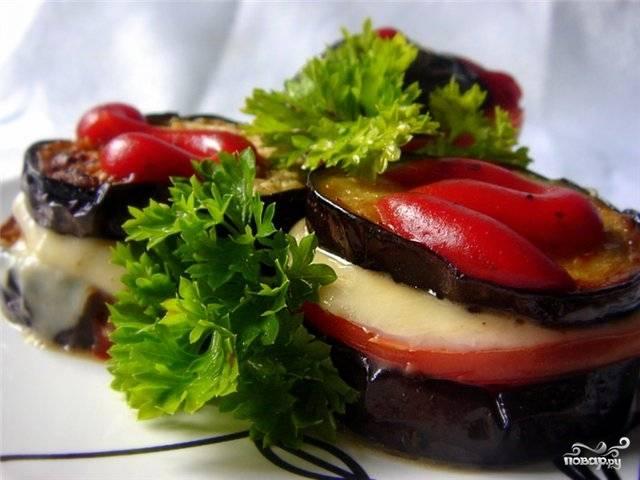 Готовые баклажаны лучше подавать горячими, посыпав мелко рубленной зеленью, но и в качестве холодной закуски они хороши. Приятного аппетита!
