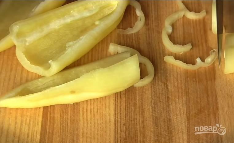 4. Перец очистите от семян и нарежьте полосками.