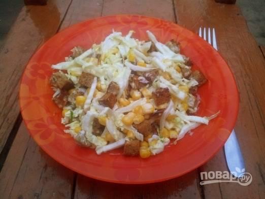 Сухарики добавляем в салат сразу перед подачей на стол и аккуратно перемешиваем. Салат из китайской капусты с сухариками готов!