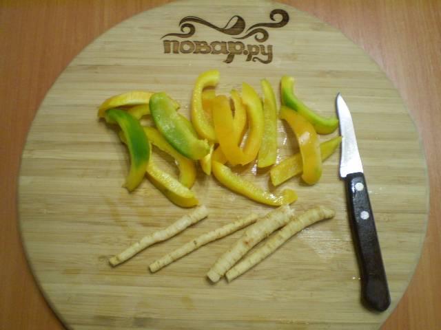 Порежьте болгарский перец. Если корешки длинные, их тоже — на половинки.