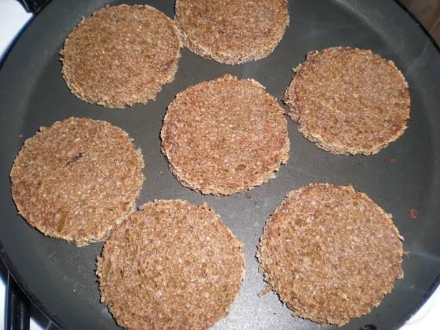 8. Подавать его можно на кусочке хлеба, предварительно подсушенного на сковороде или в духовке. При желании можно натереть греночки чесноком для аромата.