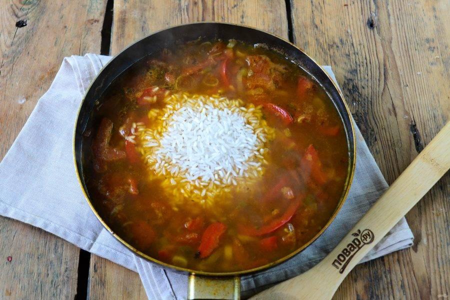 В последнюю очередь отправьте в сковороду рис, перемешайте и готовьте, пока рис не станет мягким.