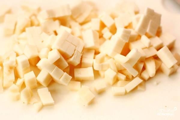 А пока тесто подходит - нарежем сыр небольшими кубиками.