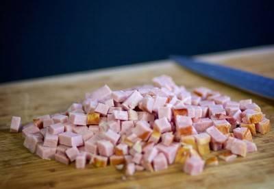 Ветчину нарезать кубиками.
