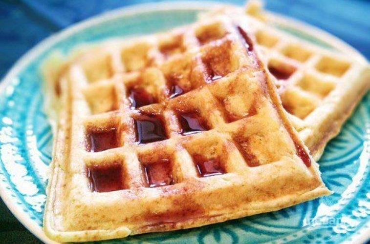 8. Теплые вафли можно подавать с любыми добавками. Например, с кленовым сиропом или вареньем.