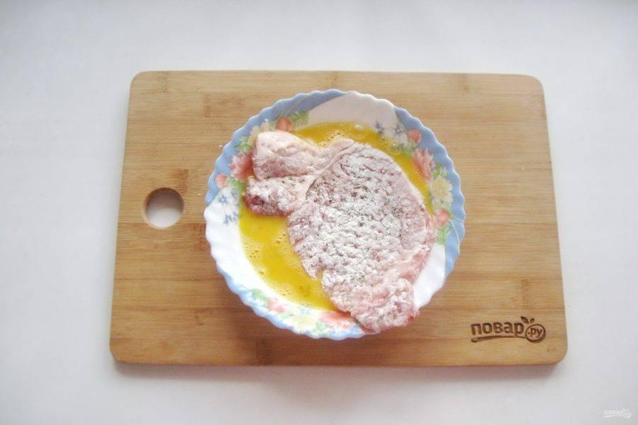 Яйцо взболтайте, и окуните мясо так, чтобы яйцо хорошо обволакивало свинину со всех сторон.