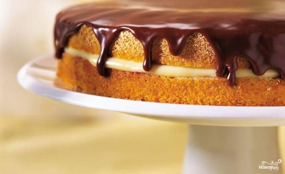 4. И уж конечно, щедро полейте его шоколадной глазурью перед подачей. Приятного вам аппетита!