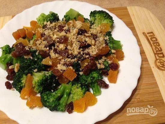 7. Выкладываем в салатник брокколи, курагу, орехи и изюм.