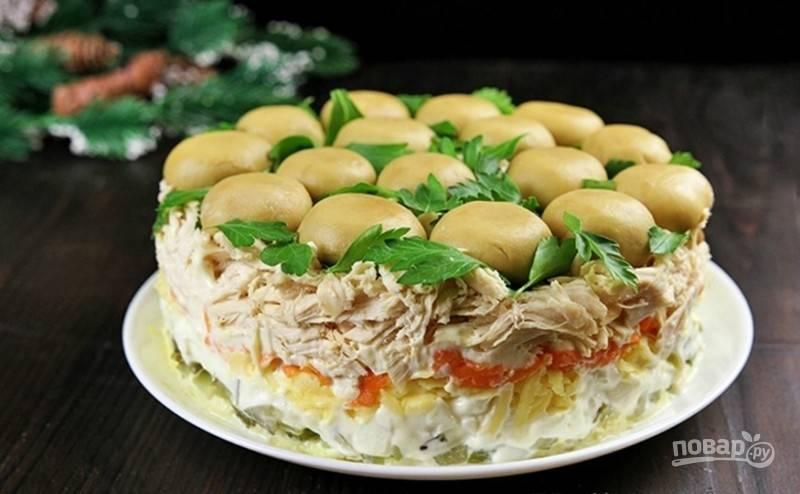 Оставьте салат на 3 часа в холодильнике. Затем переверните его, чтоб шампиньоны были сверху, убрав форму и пищевую плёнку. Приятного аппетита!