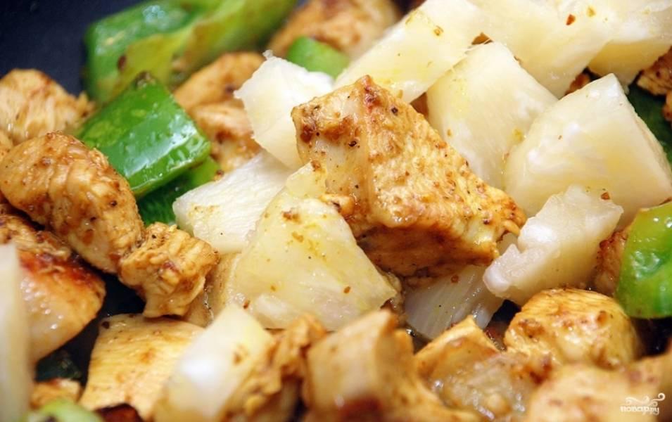 3.Щедро посыпаем карри и солим, перец нарезаем небольшими кусочками, достаем консервированный ананас и нарезаем его такими же кусочками, как и перец. Отправляем все к мясу с луком, перемешиваем и продолжаем обжаривать.