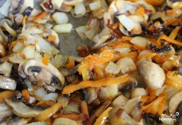 2. Выложите овощи и обжарьте минут 5, помешивая. Грибы вымойте, обсушите и нарежьте пластинками. Выложите их на сковороду и жарьте с овощами до готовности. Посолите, поперчите. Также в рецепт приготовления салата с кальмарами и шампиньонами можно использовать самые разнообразные приправы для вкуса и аромата.