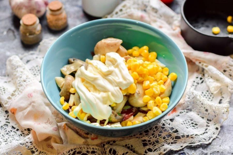 Добавьте кукурузу и майонез, соль и перец. Перемешайте все и подавайте салат к столу.