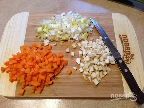 3. Нарезаем овощи мелкими кубиками.