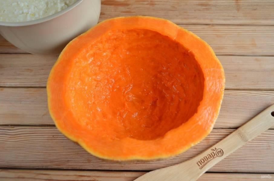 Подготовьте тыкву: удалите с помощью чайной ложки внутренний волокнистый край. Сбрызните лимонным соком.