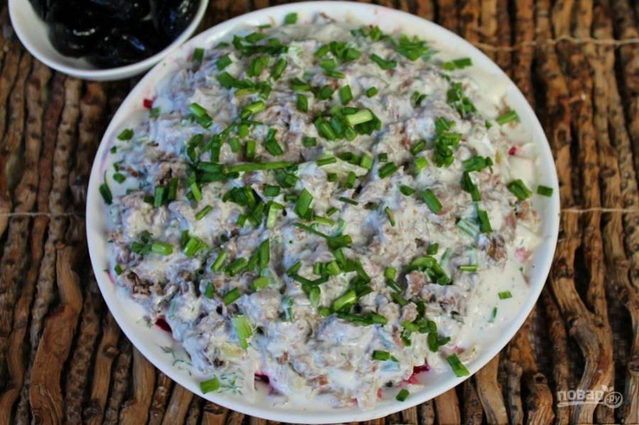 Далее, выкладываем порезанную отварную говядину и соус с луком.