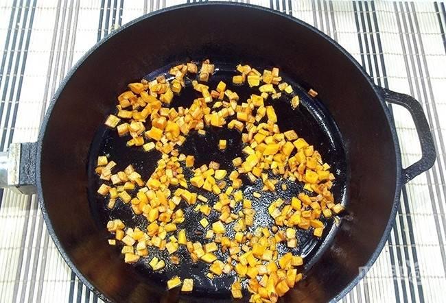 Морковь почистите, промойте и нарежьте мелкими кубиками. Пассеруйте их в масле несколько минут.