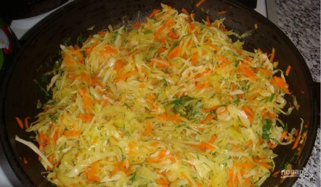 3. Пока тесто настаивается, приготовьте начинку. Я обжарила лук, потом добавила капусту и зелень, потушила со специями.