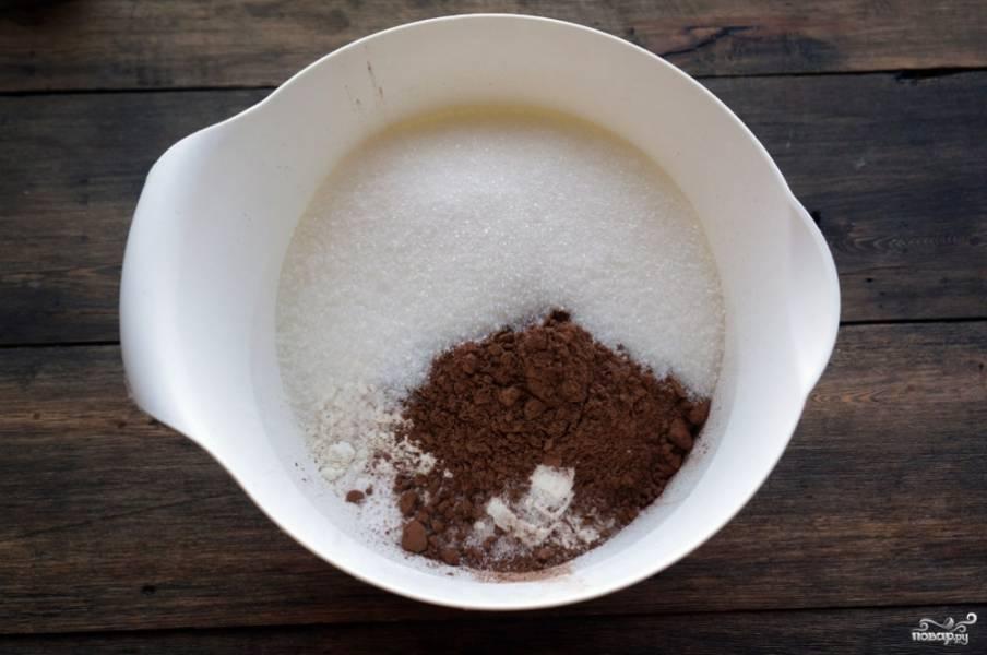 1) В глубокую миску добавьте какао, сахар, соль, муку, соду. Тщательно перемешайте.