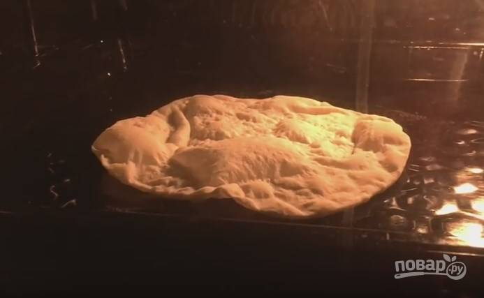7. Духовку вместе с противнем нужно разогреть до 250 градусов. Аккуратно выложите лист лаваша на горячий противень и отправьте в духовку. Лаваш будет готов через 2 минуты.