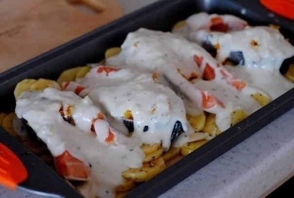 Полейте блюдо чесночным соусом и запеките в духовке в течение 40 минут при 180 градусах. Чтобы рыба получилась нежнее, первые 25 минут можно запекать под фольгой.