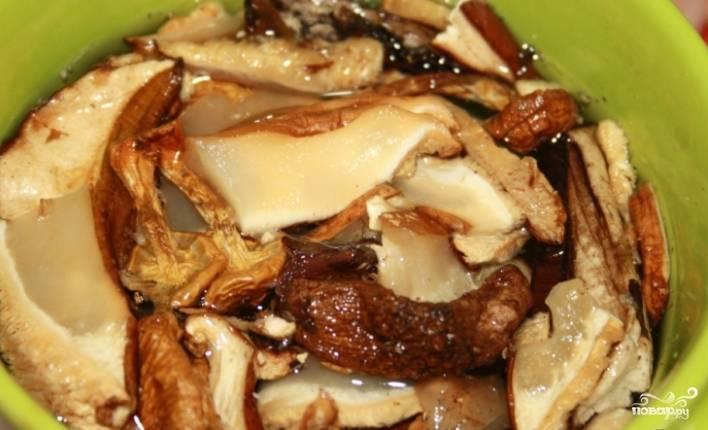 1.Перед тем как приготовить свинину со сливками и грибами, замочите высушенные грибы в холодной воде.